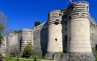 城堡建成初期,领地大门 (La porte des Champs)是入口正门,由两座高塔和复杂的防御系统构成。(维基百科公共领域)