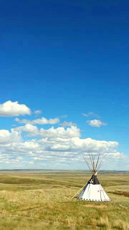 草原上的印第安帐篷。
