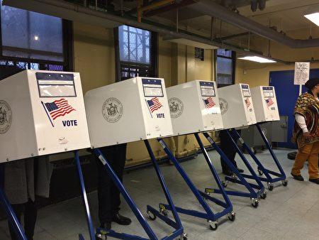 选民在投票。