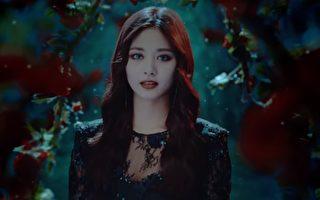 韓國女團TWICE台籍成員周子瑜搭配煙燻紅唇妝,神祕新造型令粉絲驚豔。(視頻截圖)