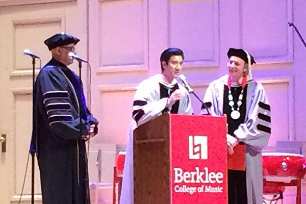 王力宏接受母校伯克利音乐学院荣誉博士学位后致词,右立为校长Roger Brown。(经文处提供)