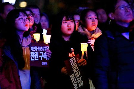 """26日韩国民众的大规模示威,参与的学生格外众多。朴槿惠亲信崔顺实之女郑某被曝以""""走后门""""手段被梨花女大录取后,引发学生们的强烈反感。(全景林/大纪元)"""