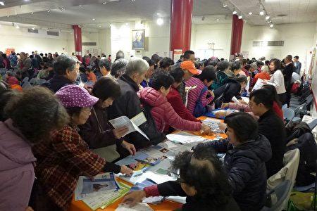 """9日的""""健脑日""""活动,吸引了数百耆老及照顾者参与,并拿取资料。"""