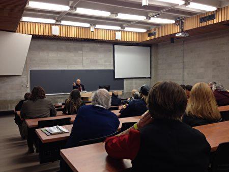2016年11月5日,加拿大著名人权律师大卫‧麦塔斯在第14届全球正义电影节主题电影《活摘》放映现场进行演讲。(朱莉/大纪元)