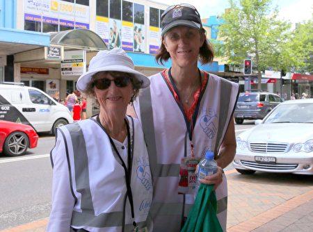 路易丝(Louise)和温迪(Wendy)是当天游行活动中的义工(何蔚/大纪元)