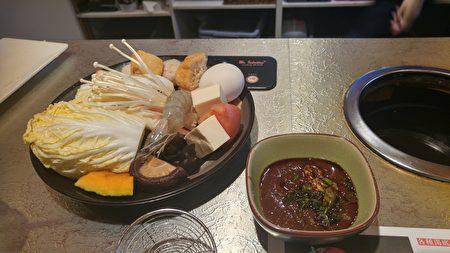 圖:溫哥華餐廳「極道涮涮鍋」獲得今年僑營台灣美食標章獎,圖為其食材。(邱晨/大紀元)