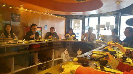圖:溫哥華餐廳「極道涮涮鍋」獲得今年僑營台灣美食標章獎,圖為頒獎現場嘉賓們享受其美食。(邱晨/大紀元)