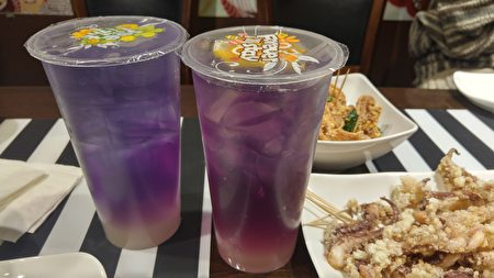 圖:溫哥華餐廳「Orange Corner」,獲得今年僑營台灣美食標章獎,圖為其蝶豆花茶與點心。(邱晨/大紀元)
