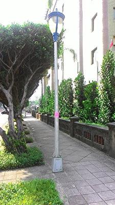 """台北市公园处12日说,为鼓励市民参与市政建设,实施""""路灯电费认捐"""",每年新台币1000元就可把写有名字标示牌放在路灯上。图为标示牌实际状况。(台北市公园处提供)"""