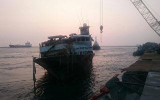 莫蘭蒂颱風來襲時,擱淺於高雄西子灣海域的最後1艘漁船「永興發168」16日傍晚拖往旗津,船體移除作業歷經2個月完成,恢復西子灣原有景觀風貌。(高雄港務分公司提供)