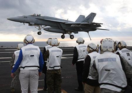 大黄蜂战斗机将降落艾森豪威尔航空母舰甲板。(Mark Wilson/Getty Images)