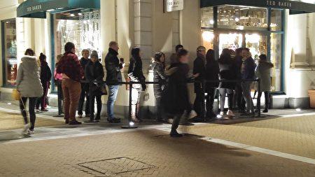 图:温哥华机场附近的McArthurGlen Outlet,黑色星期五一大早就有人排队抢购。(邱晨/大纪元)