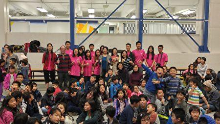 温哥华地区FASCA青少年文化大使与联合中文学校师生合影。 (邱晨的/大纪元)