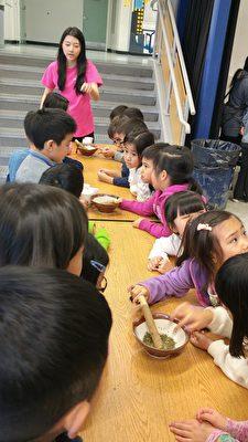 温哥华地区FASCA青少年文化大使正在传授制作客家擂茶。 (邱晨的/大纪元)