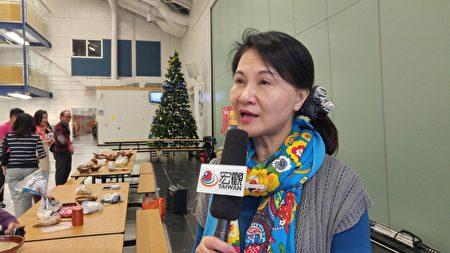 黄宗芹咨询导师率领温哥华地区FASCA青少年文化大使,来到联合中文学校演示擂茶的制作法。 (邱晨的/大纪元)