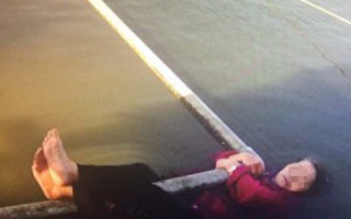桃園市新屋區78歲林姓老太太跑到池塘撈魚,不慎落水,她緊抓住池塘打氣水管待援,趕來的楊梅警員,下水順利將人救起。(警方提供)(中央社)