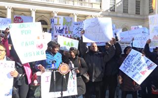 支持法案的民眾在市政廳前歡呼。 (柯婷婷/大紀元)