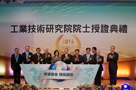 总统蔡英文前往工业技术研究院,亲自颁授证书予5位工研院院士,并听取新任院士建言。(新竹县政府提供)