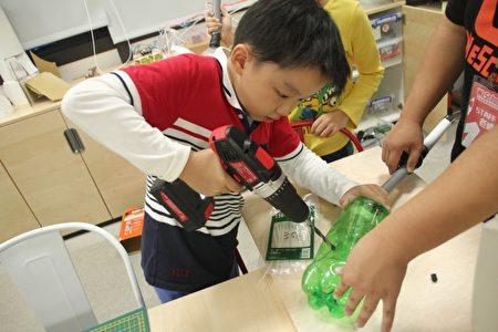 图中为小学生使用电钻的情形,教孩子如何安全的使用真实世界中的工具,而不是禁止他们使用看似危险的工具,因为禁止就是剥夺孩子学习技能的机会。(维创工坊提供)