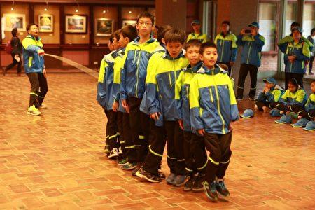 参加105年全民运动会授旗典礼,竹林国小跳绳队表演跳绳。(曾汉东/大纪元)