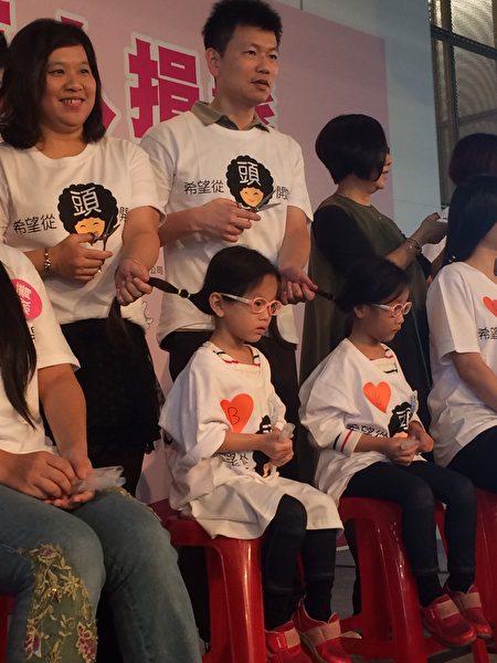 5歲早產雙胞胎剪下30公分長髮,捐給癌症希望基金會。(施芝吟/大紀元)