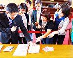 议员10日邀刑大侦查员提供各式新兴毒品到议会说明辨识方法,呼吁各界重视。(黄玉燕/大纪元)