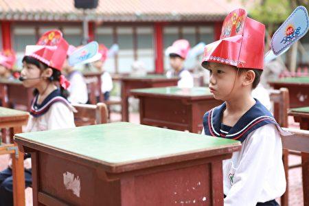 記者會現場由宜蘭國小附幼小班的孩童現場背誦弟子規。(曾漢東/大紀元)