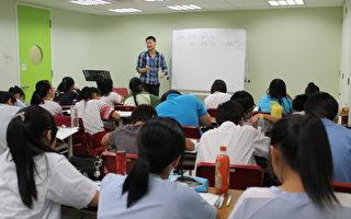 梦想之家的志工老师为青少年进行课业辅导。(梦想之家/提供)