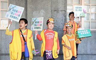 補教師生頭戴12生肖紙帽子,上街為創世基金會募集愛心發票,幫助植物人。(創世基金會提供)