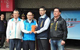 新竹县长邱镜淳(左1)和新竹县议长张镇荣(左2),颁发破案奖金给新竹县警察局,慰劳员警之辛劳。(赖月贵/大纪元)