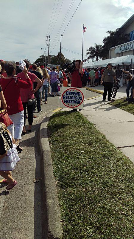 11月7日上午,在佛罗里达萨拉所塔(Sarasota)的集会上,关于保护信仰自由的牌子。(魏德/大纪元)