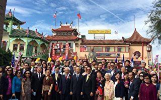 11月12日上午洛杉磯地區逾百僑胞在華埠中山廣場,向國父銅像獻花致敬,紀念國父孫中山先生誕辰150周年紀念。(袁玫/大紀元)