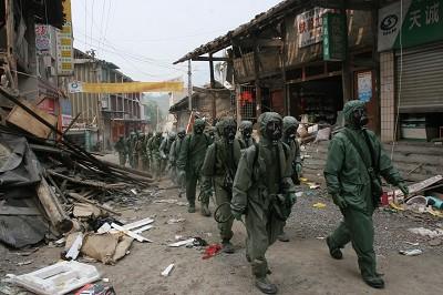 2008年5月23日,四川北川,解放軍某防化部隊向北川陳家壩鄉進發。(大紀元資料庫)
