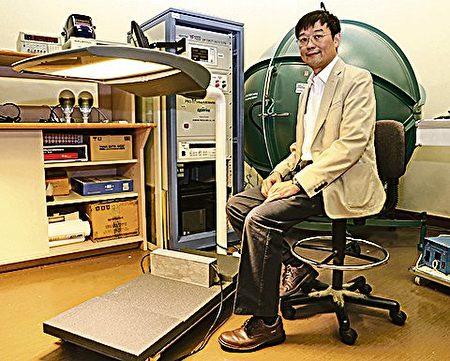 """许树源教授及其团队研发的""""可持续发展的LED路灯"""",既长寿又节能环保。(香港大学提供)"""