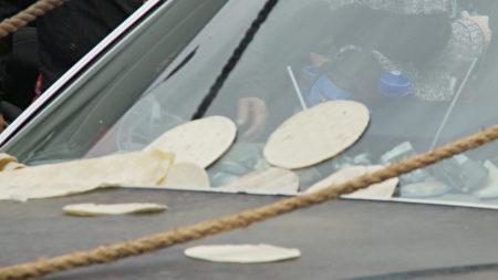 游行队伍被观众扔墨西哥薄饼。(杨阳/大纪元)