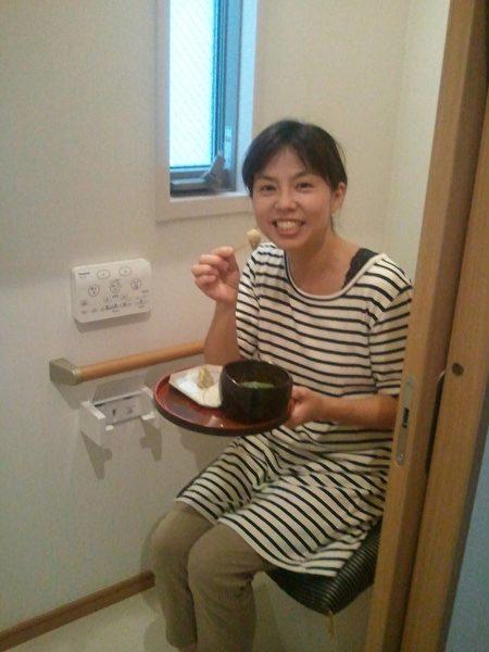 看這位美女蹲在廁所裡吃得多開心。(網絡圖片)