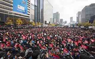 """韩国总统""""亲信干政""""丑闻引发民众抗议的呼声愈演愈烈,12日晚100万不依不饶地韩国民众走上街头,发出""""朴槿惠下台""""的呐喊,创下韩国本世纪以来最大规模记录。(全景林/大纪元)"""
