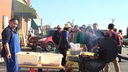 感恩节,永隆超市免费BBQ活动,回馈社区。(薛文/大纪元)