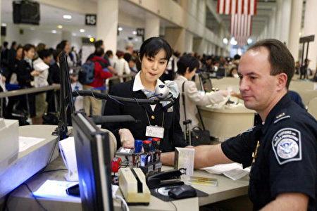 """离境逾6个月,返美时被取消绿卡,海关的正式回答称,虽然法律没有规定需要申办回美证,但根据移民法,海关有权进行""""特别处理与检查"""",以核实当事人是否真的有意愿继续居留美国。 (Getty Images)"""