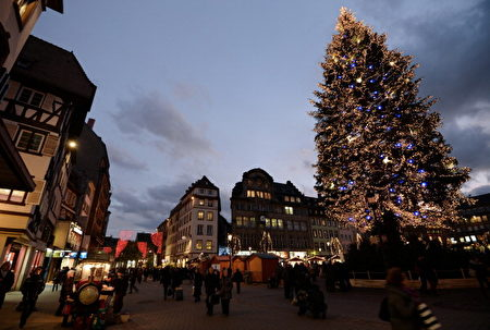 圣诞节时的法国斯特拉斯堡街头。(PATRICK HERTZOG/AFP/Getty Images)
