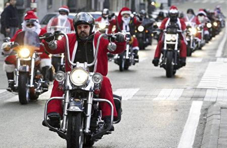 布鲁塞尔街头,骑着哈雷机车去给孩子们派礼物的「圣诞老人」们。(NICOLAS MAETERLINCK/AFP/Getty Images)