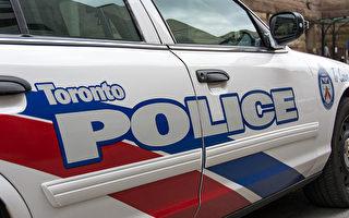 星期二造成,一名男子把自己关在多伦多一家餐馆里和警方对峙,多伦多警方表示,已经逮捕了2人,缴获一件武器。(Roberto Machado Noa/LightRocket via Getty Images)