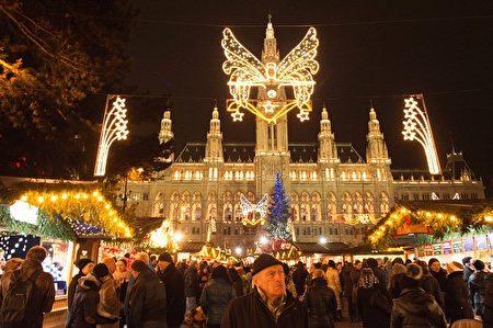 维也纳市政府广场圣诞市集是很多人到了奥地利的第一站。(JOE KLAMAR/AFP/Getty Images)