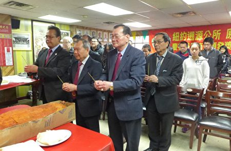 雷文波、邝耀辉、方玉超三位主席以及原宗别墅墅长,在公所五楼礼堂领众祭祖。