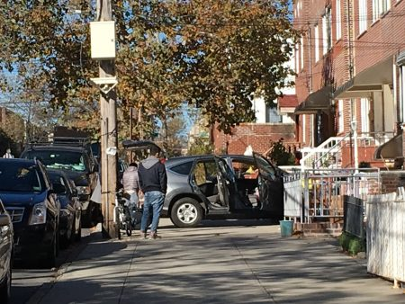被要求撤离的住户开着车来搬东西。