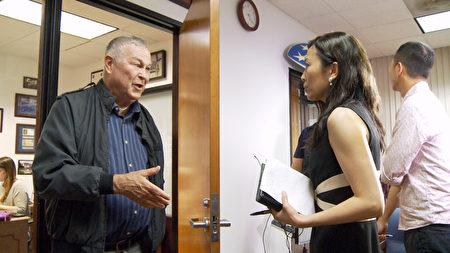 罗拉巴克接受新唐人记者采访中。(杨阳/大纪元)