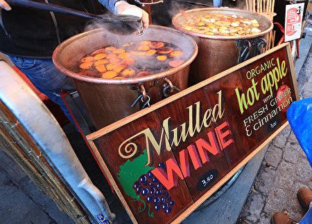圣诞市集贩卖甜香美味的德国香料酒(Mulled Wine)。(Matt Cardy/Getty Images)