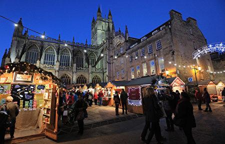 英国巴斯修道院(Bath Abbey)前的圣诞市集。(Matt Cardy/Getty Images)