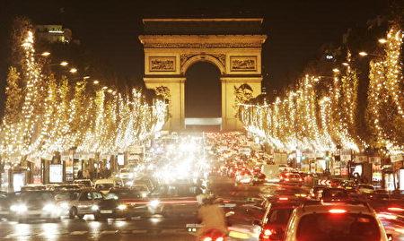 法国香榭丽舍大道(Champs Elysees Avenue)逛圣诞市集的人潮汹涌,聚集着来自世界各地的观光客。(Pascal Le Segretain/Getty Images)