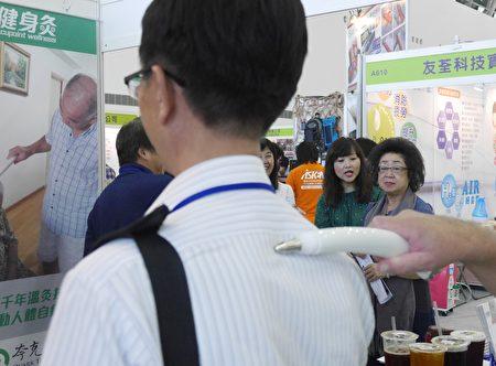 夸克科技公司「iROD經穴樂活棒」將千年溫灸養生傳統,結合電子技術,透過iROD啟動人體自癒本能 。(方金媛/大紀元)